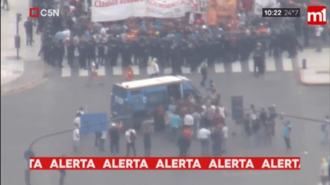 Detuvieron a un manifestante durante un marcha en la 9 de Julio y Avenida de Mayo