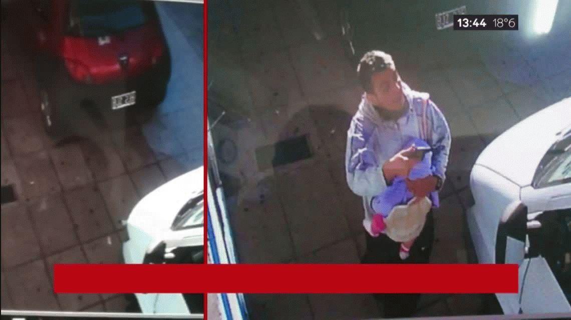 Un delincuente le robó al conductor de una camioneta con un bebé en brazos