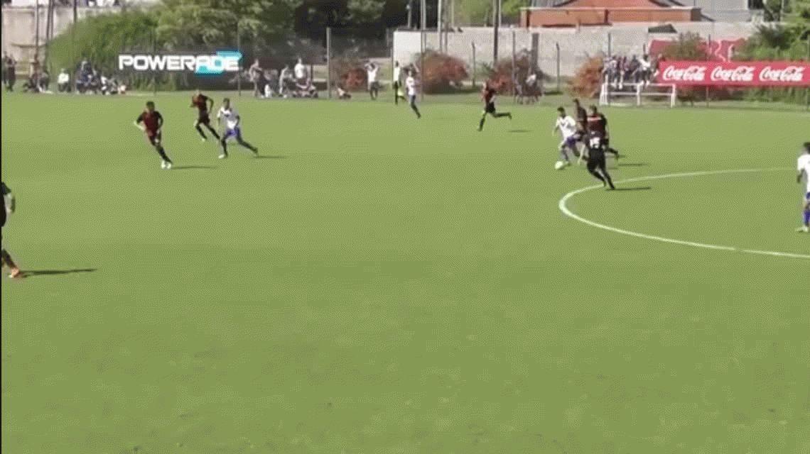 Apilada y rabona: el impresionante golazo de un juvenil de Vélez frente a Colón