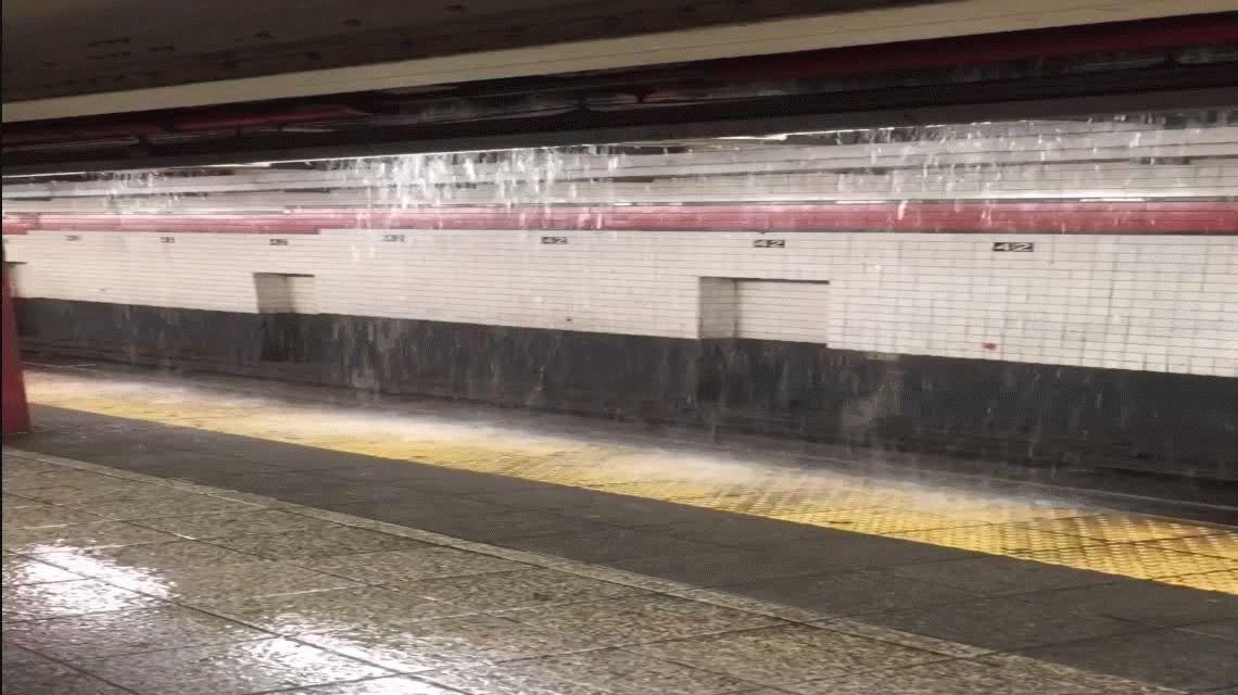 No es la linea D: el subte de New York se convirtió en una cascada artificial