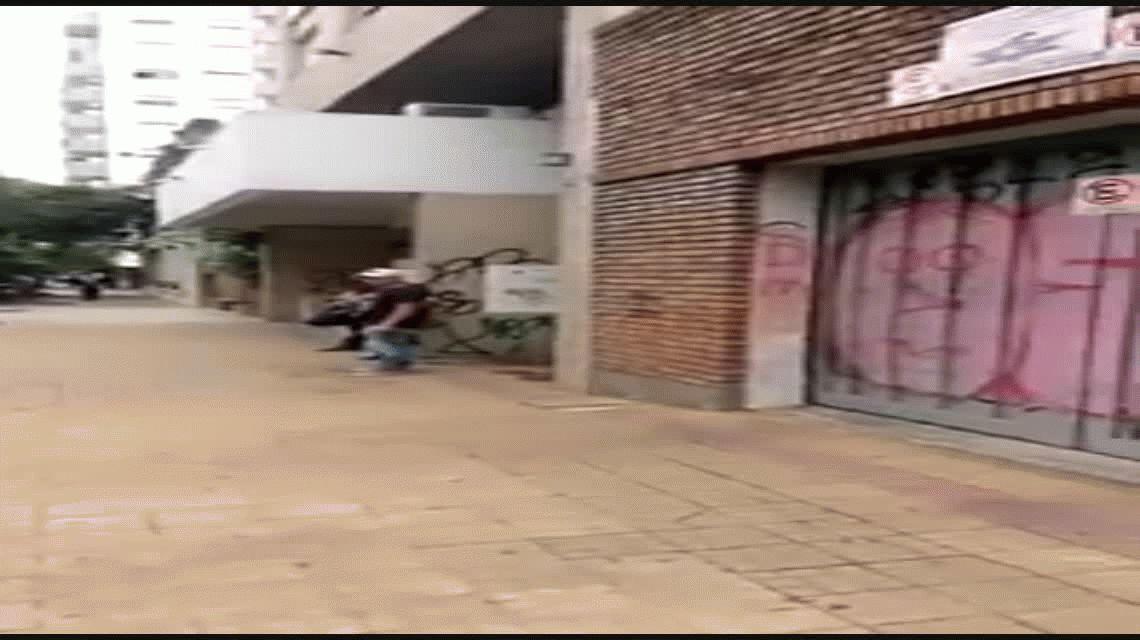 Buenos vecinos: dejó el auto frente a un garaje y lo pagó caro