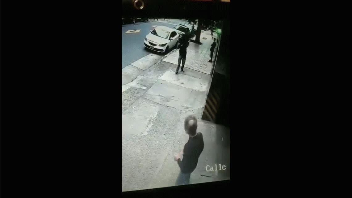 VIDEO: Atacó con tijeretazos a un policía que la detuvo pegando un tiro al piso