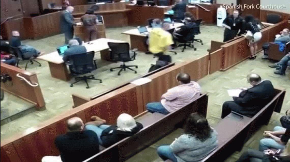 Estados Unidos: un preso se tiró esposado al vacío