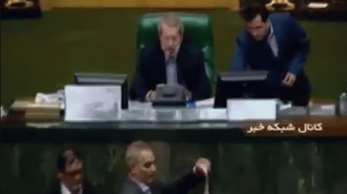 Diputados iraníes queman la bandera de Estados Unidos en el Parlamento