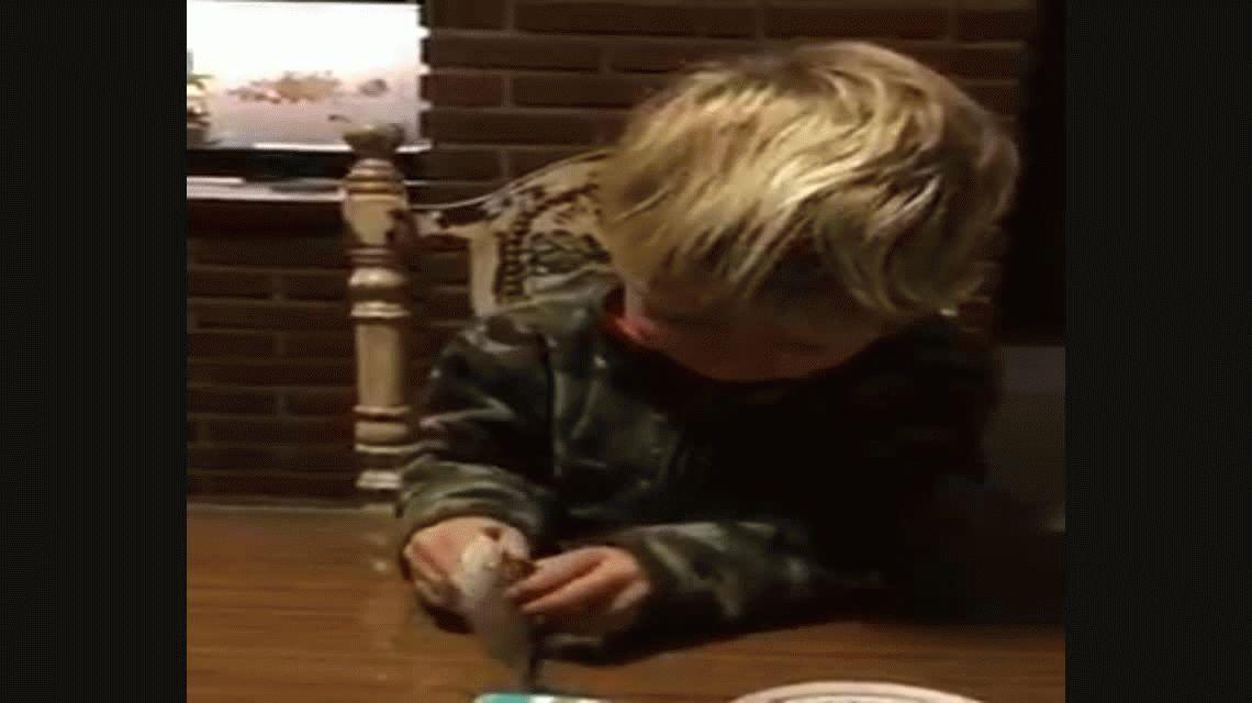 A este niño le tocó la figurita de Lionel Messi y tuvo una reacción increíble