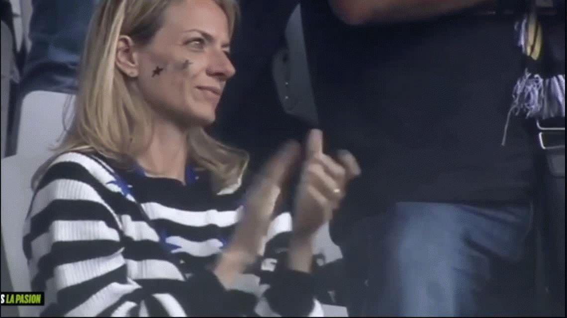El blooper de Higuaín en la entrega de medallas con la Juventus