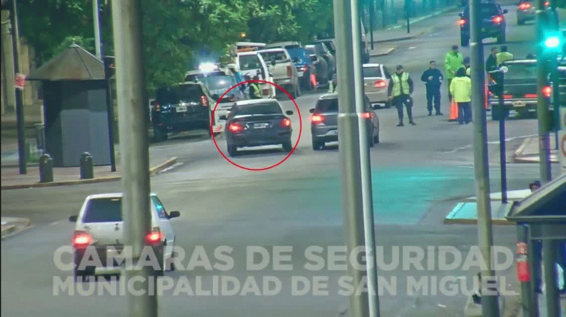 VIDEO: Esquivó un control de alcoholemia, atropelló a un agente y se escapó