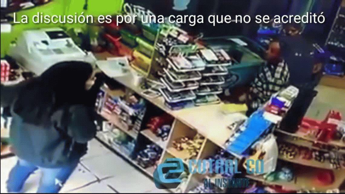 VIDEO: Brutal agresión a una empleada por una falla en una carga virtual