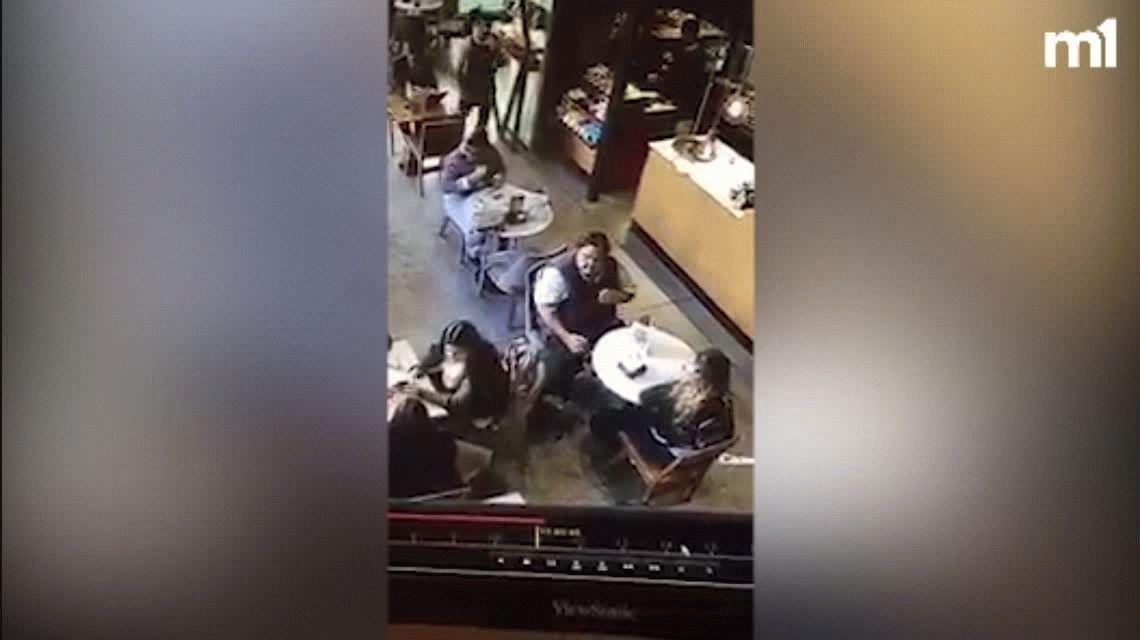 Le robaron la mochila en un café y el ladrón quedó escrachado por la cámara de seguridad