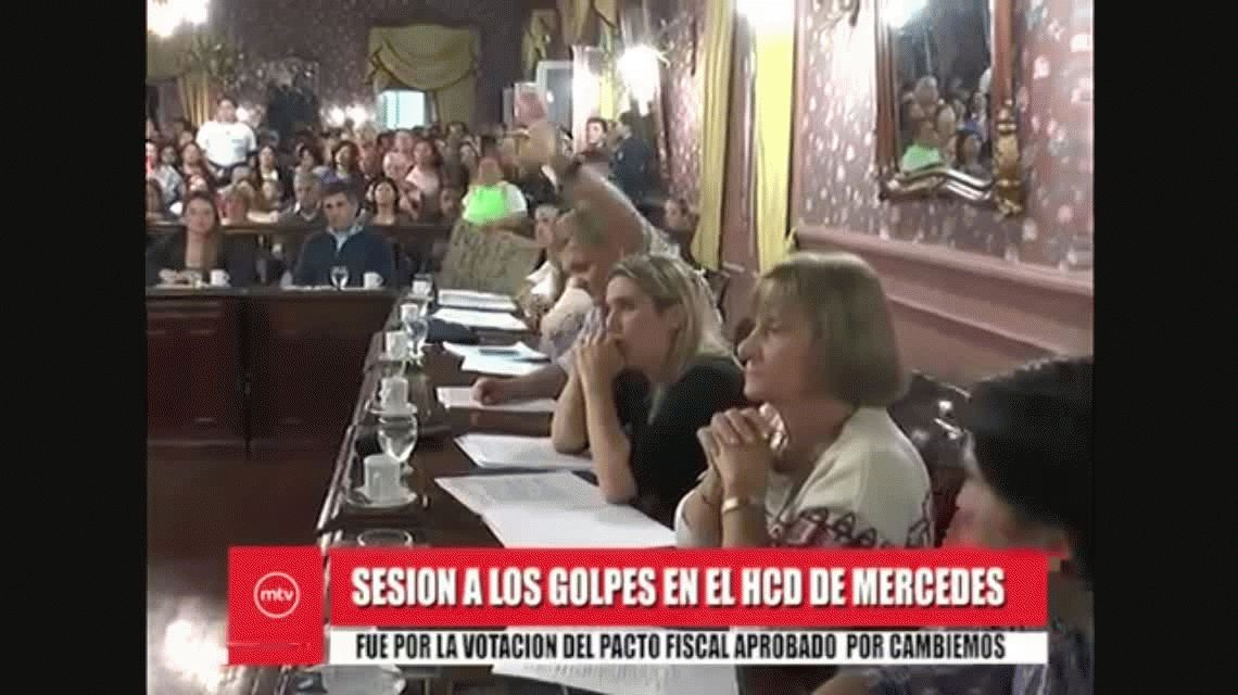 Batalla campal en el Concejo Deliberante de Mercedes:  volaron sillazos