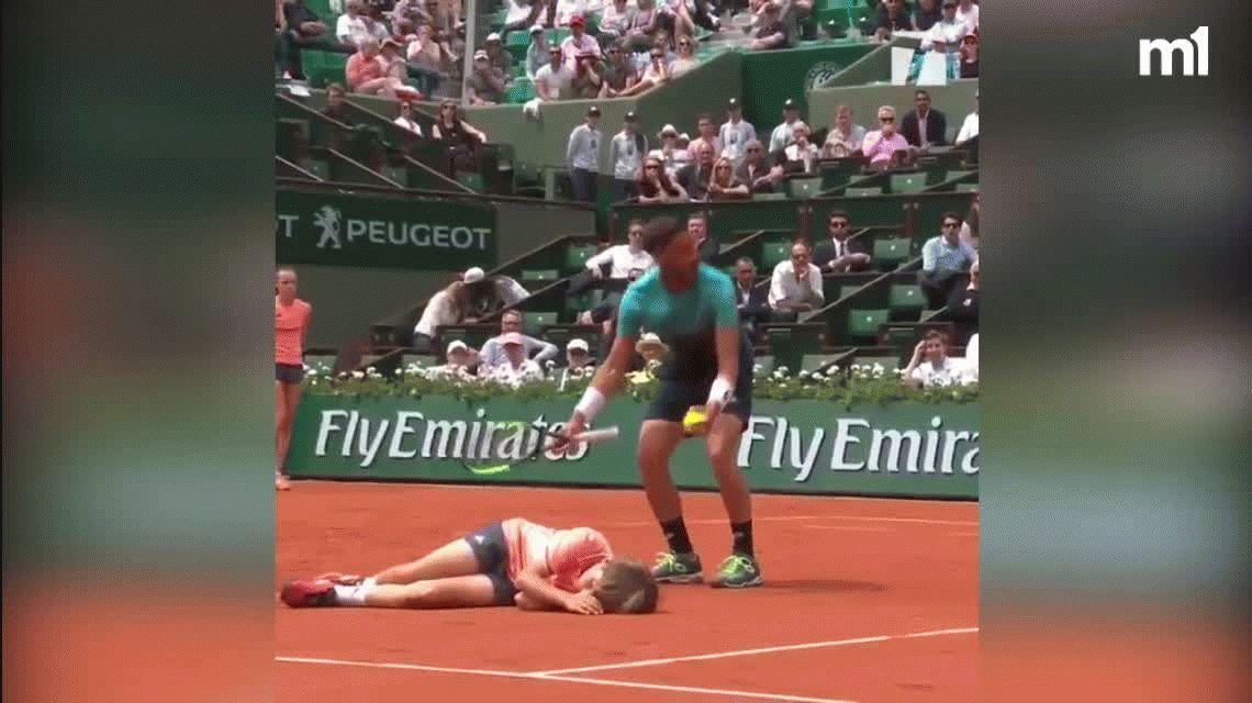 Damir Dzumhur se llevó puesto al ball boy durante un partido de Roland Garros