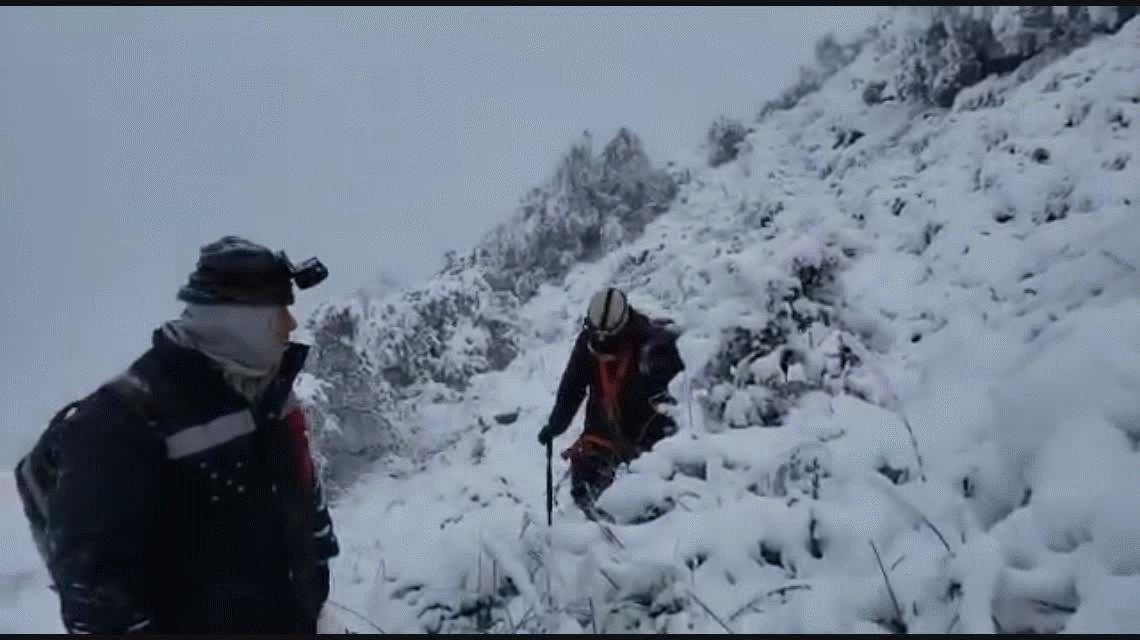 VIDEO: Así va al rescate de la comitiva presidencial un grupo de bomberos de Catamarca