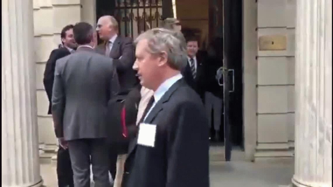 VIDEO: Con una banana en Nueva York: así escracharon a Marcos Peña