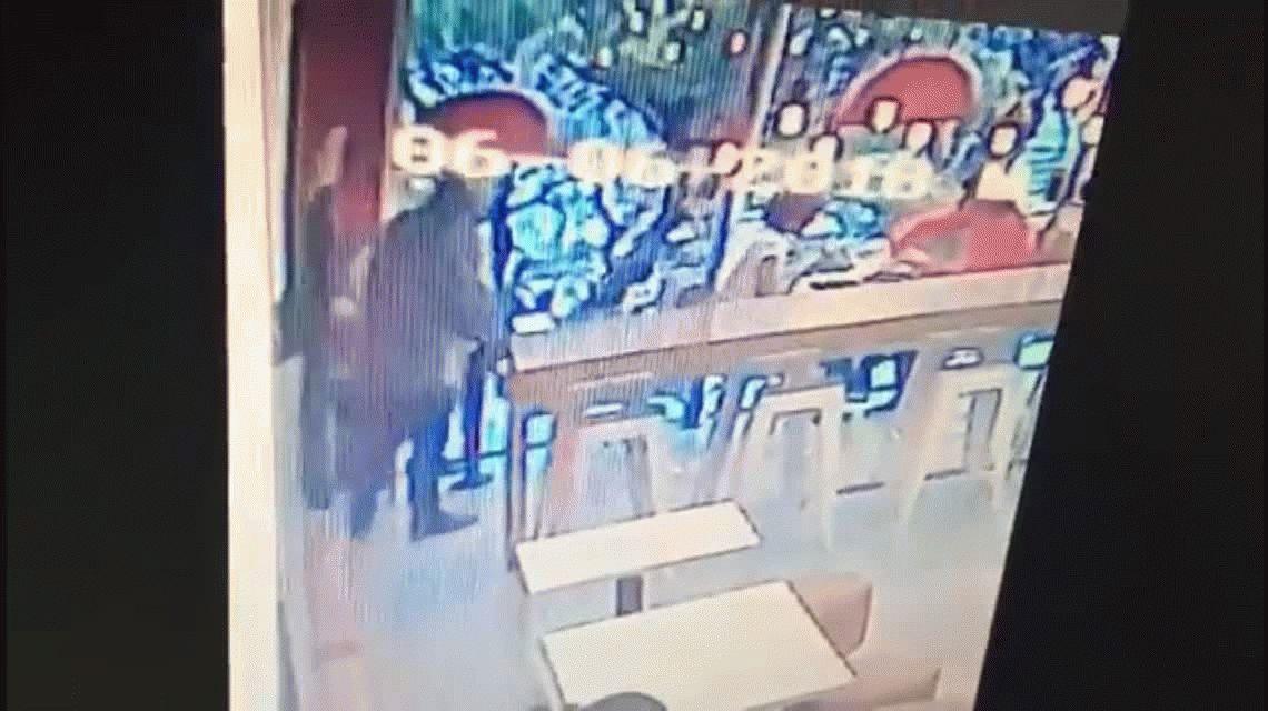 VIDEO: Un degenerado abusó de una nena con retraso en una casa de comidas rápidas de La Plata y quedó grabado