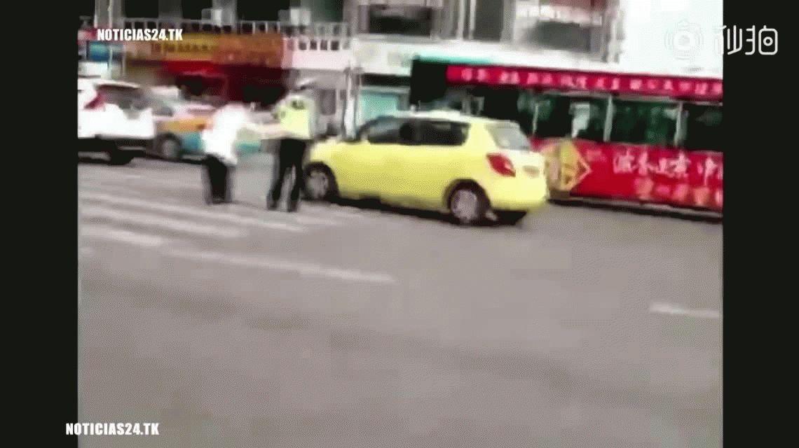 Un policía ayudó a un abuelo a cruzar la calle a cococho