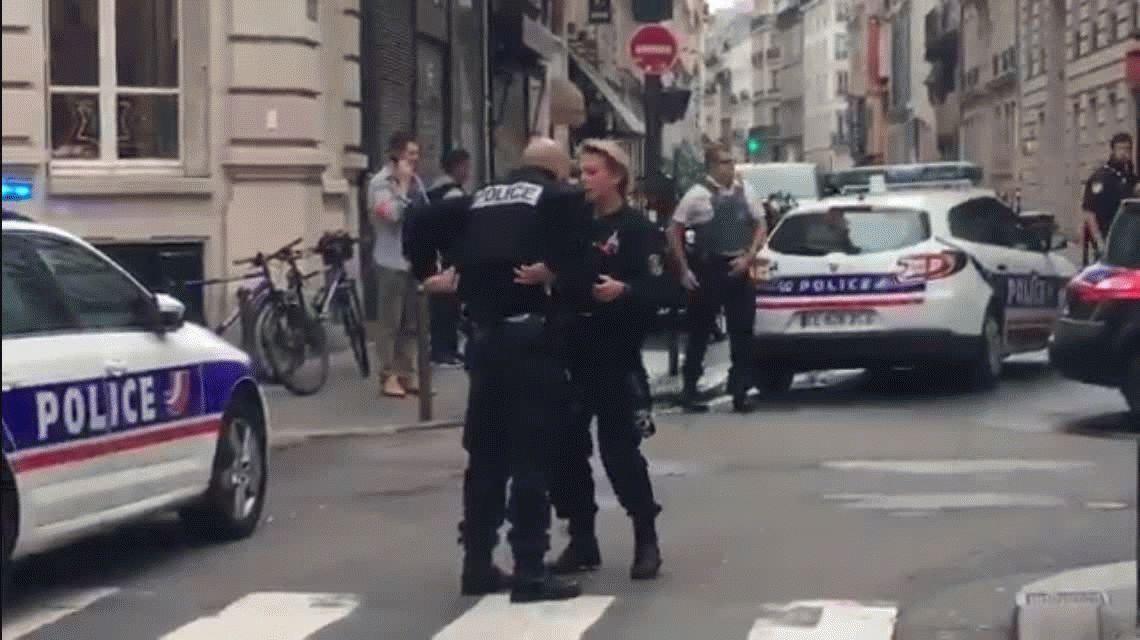 París: un hombre armado tomó a rehenes y amenaza con una bomba