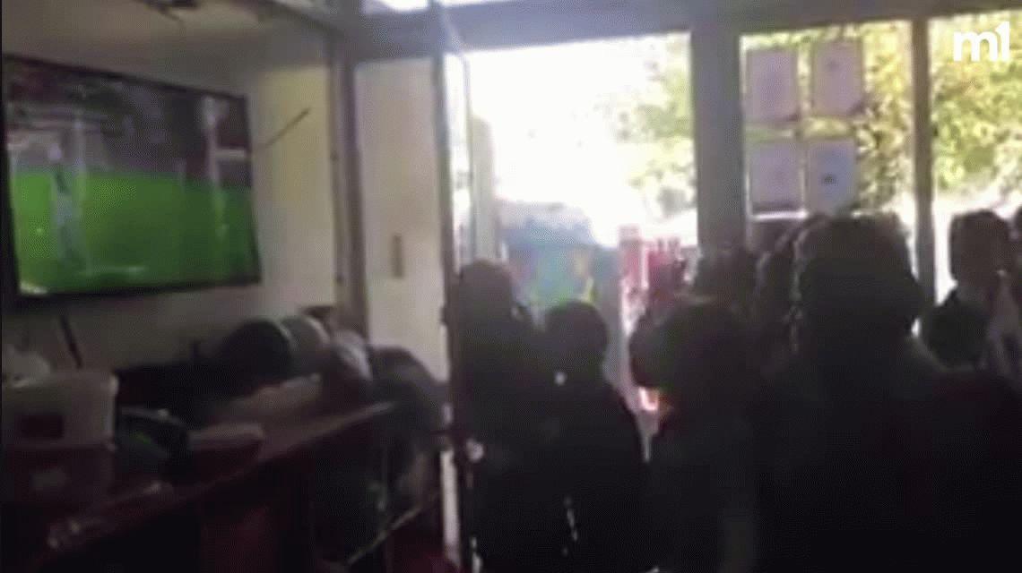 VIDEO: Así fue el festejo descontrolado de los chicos de un colegio en Uruguay