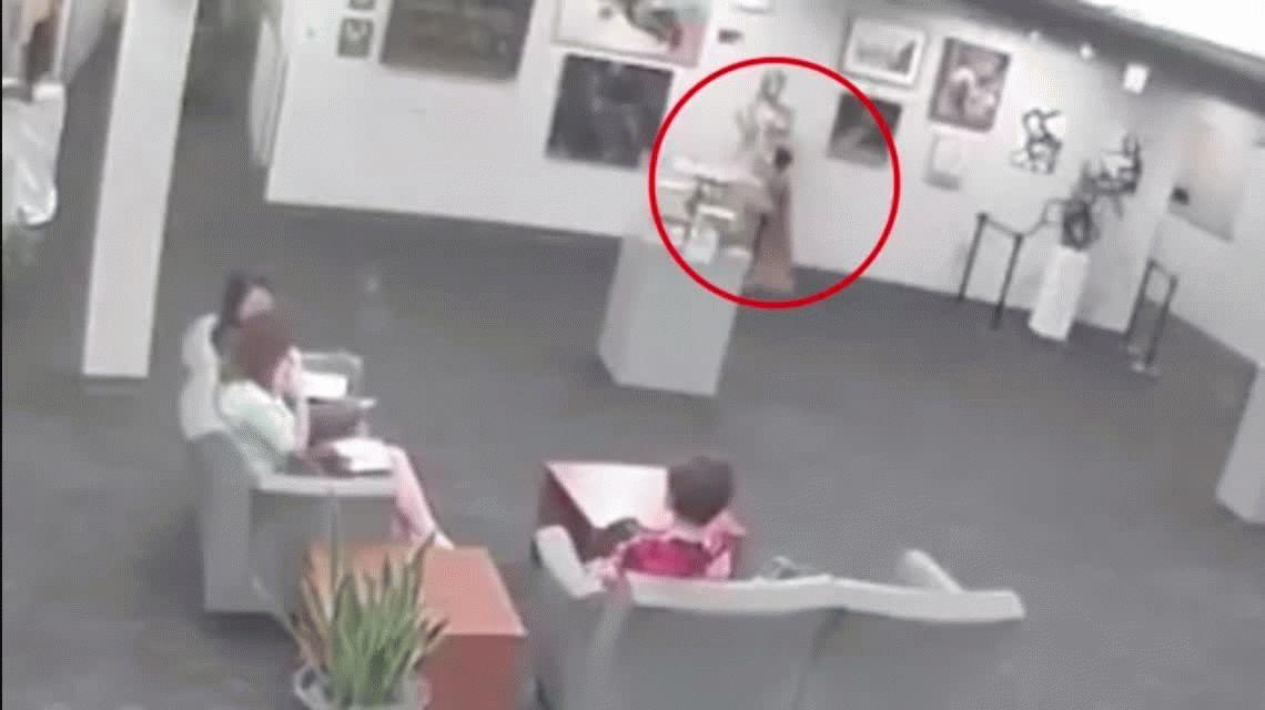 Un nene rompió una estatua de US$132 mil y les exigen a los padres que la paguen