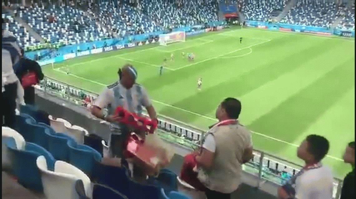 No son todos machirulos: un argentino levantó la basura en la tribuna tras el partido contra Croacia