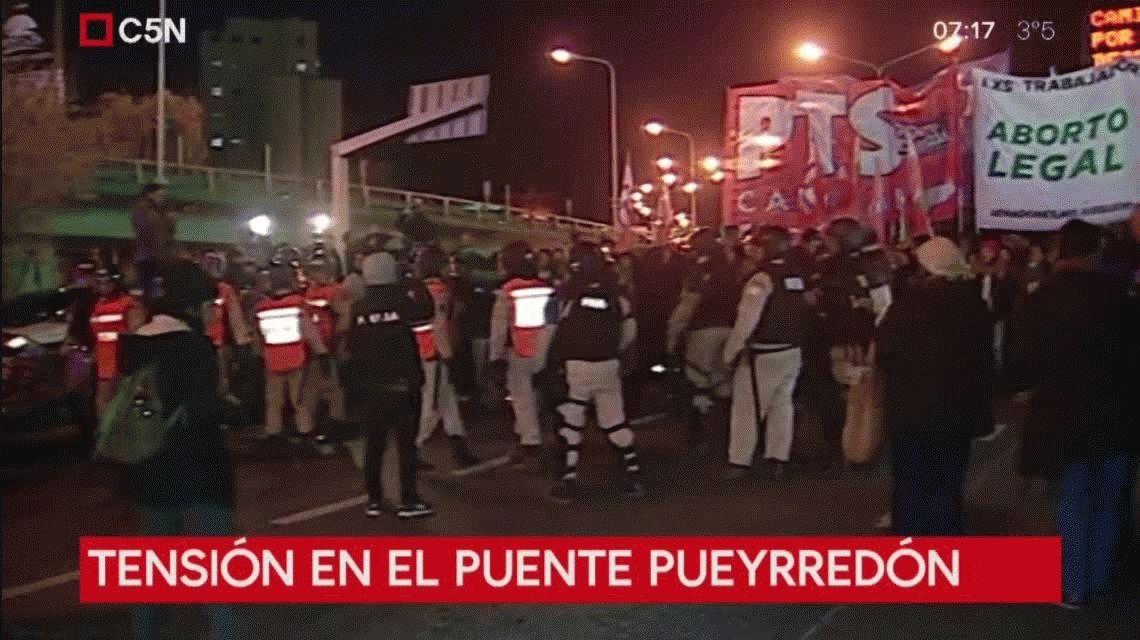 Tensión en el Puente Pueyrredón por un cordón de Prefectura que quedó entre manifestantes