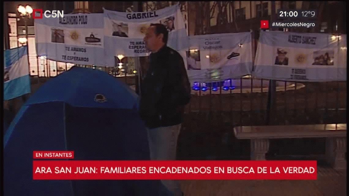 Familiares de tripulantes del ARA San Juan están encadenados en la Plaza de Mayo