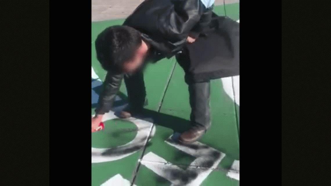Un militante provida escrachó un símbolo a favor del aborto legal en La Plata
