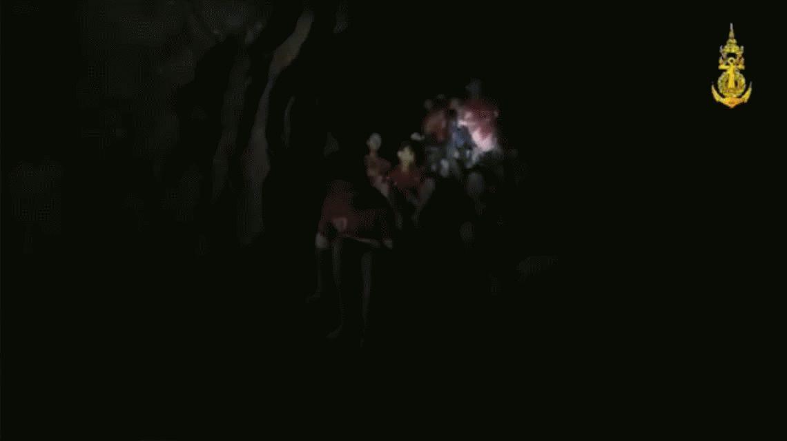 VIDEO: El momento en el que encontraron a los 12 chicos atrapados en una cueva de Tailandia