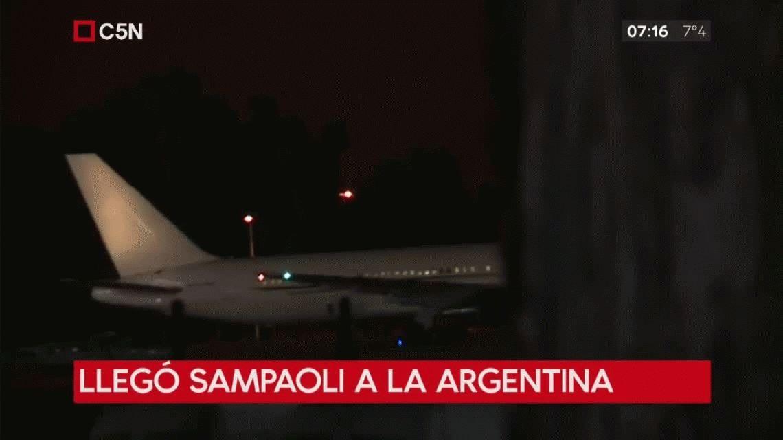 Junto a Enzo Pérez, su cuerpo técnico y los sparrings, Sampaoli aterrizó en Ezeiza