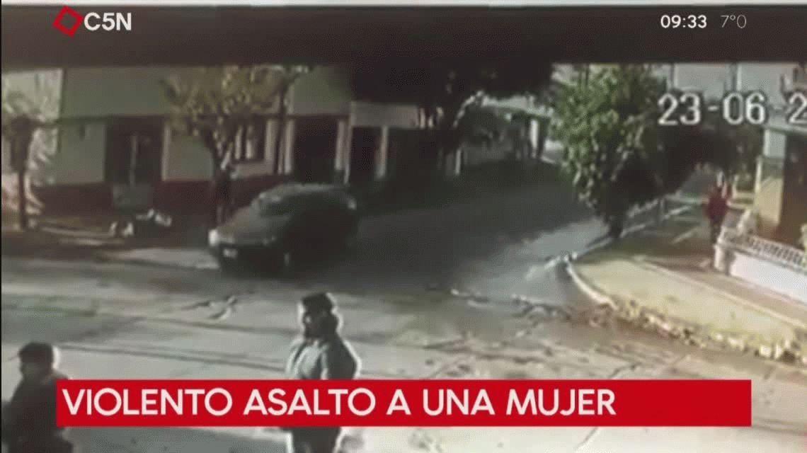 Violento asalto a una mujer en Bernal: la arrastraron por la calle y le sacaron la cartera