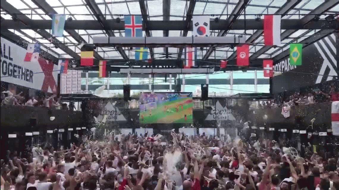 ¡Locura! Así gritaban los goles de Inglaterra ante Suecia en un centro comercial de Londres