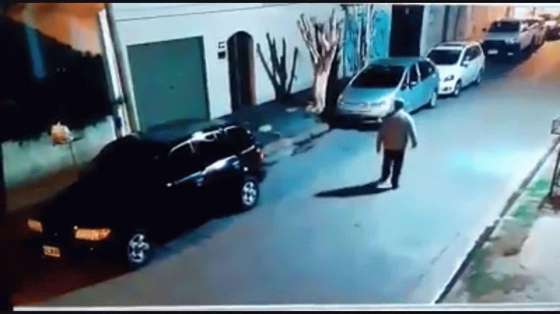 Brutal asalto en La Plata: le dispararon a un jubilado y su nieto salió a defenderlo con un palo