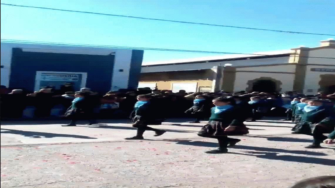 Alumnos de una escuela marcharon como militares con el pañuelo contra el aborto