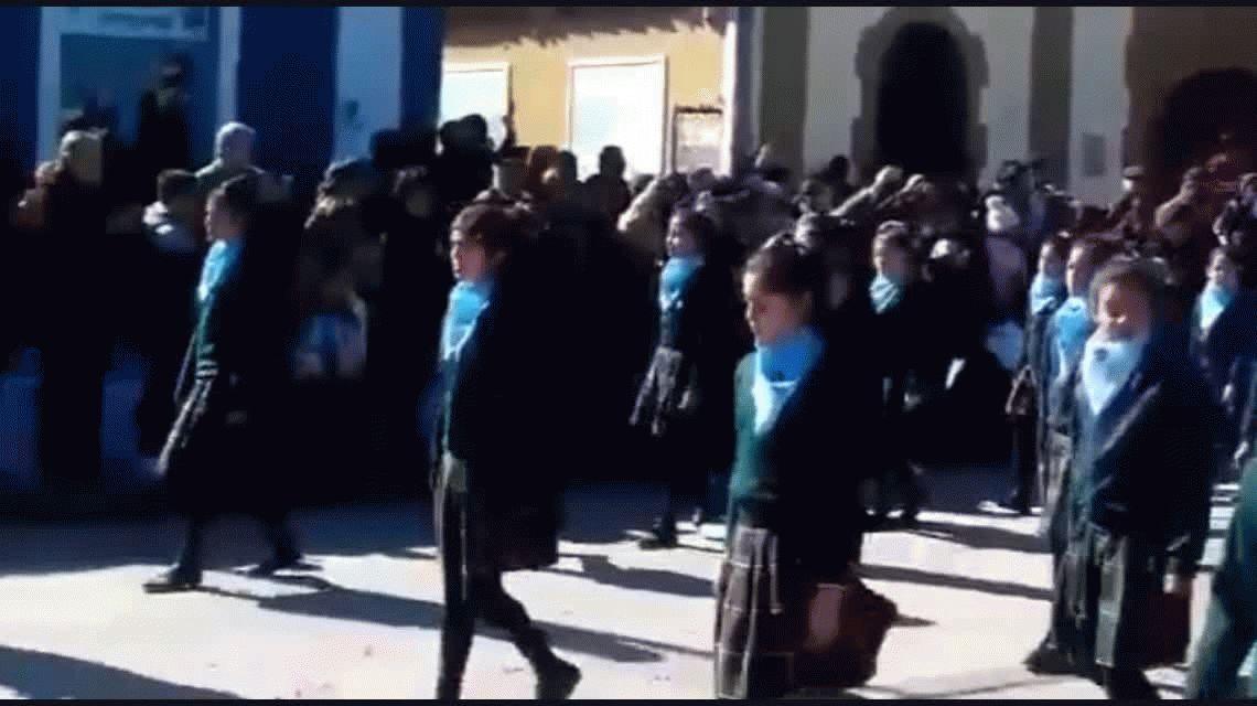 El cura de la escuela justificó la marcha con pañuelos celestes: Yo no quiero pagar eso con mis impuestos