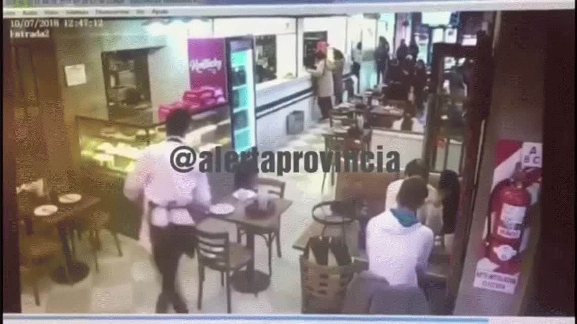 Violento robo a una mujer en una pizzería de Palermo: le sacaron US$6 mil