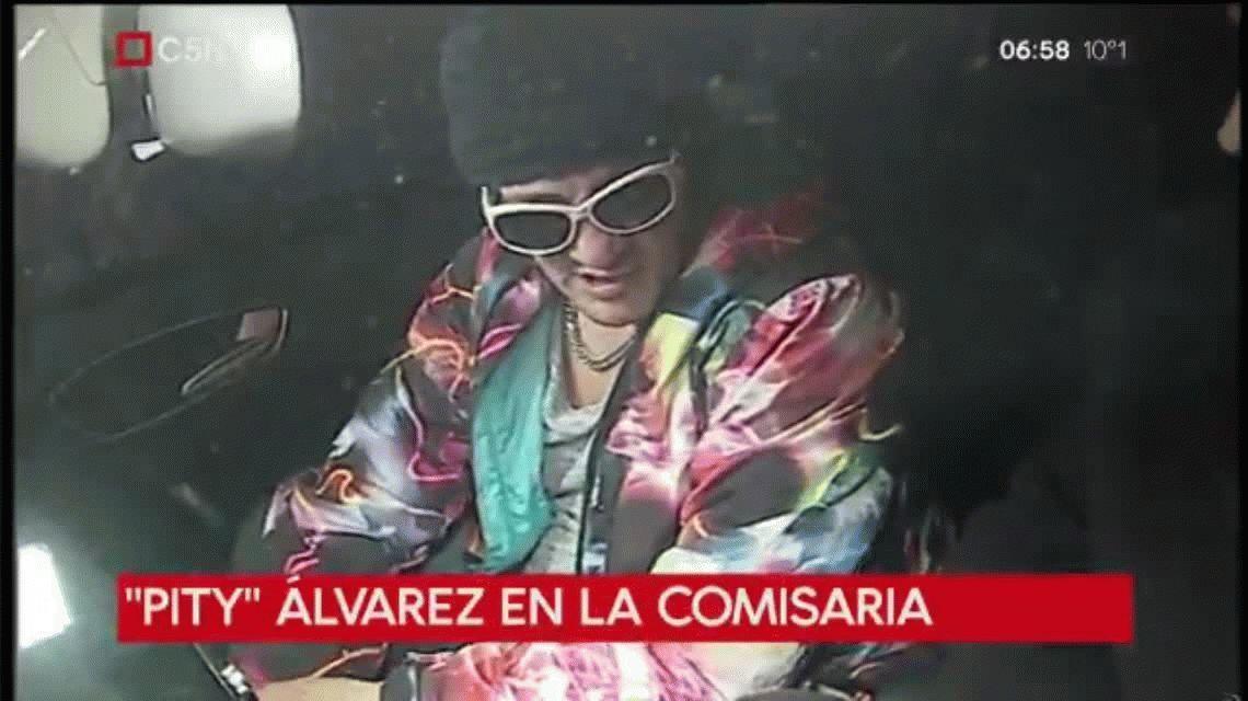 Look psicodélico, anteojos y gorro: así llegó Pity Álvarez a la comisaría
