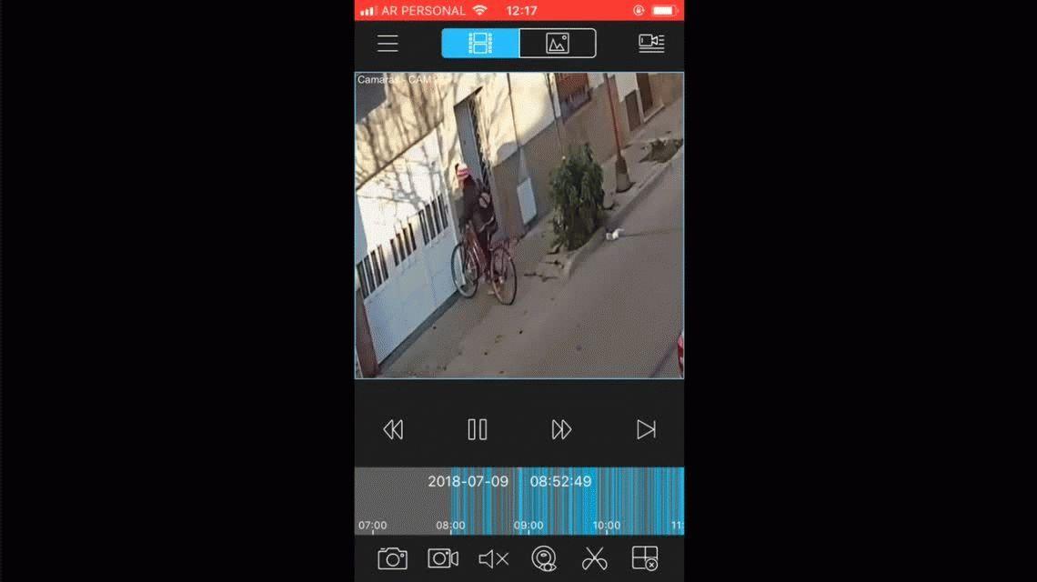 Detuvieron a un hombre que le dio una golpiza a una joven y una anciana en plena vereda y fue filmado