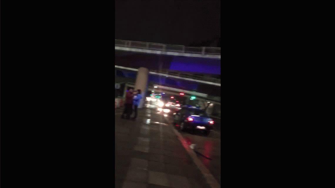 Un auto cayó desde la General Paz sobre avenida Del Libertador: iba a 170 km/h