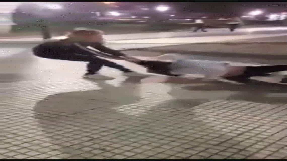 VIDEO: Una joven le pegó de onda a una nena en Monte Grande