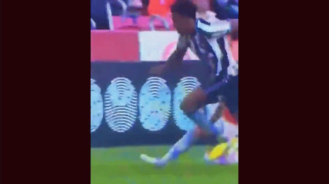 Ni Maradona ni Messi lo hicieron alguna vez: el lujo del uruguayo Diente López para bajar la pelota