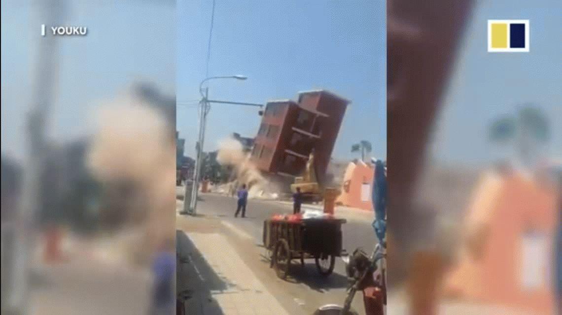 VIDEO: Un edificio se derrumbó sobre una excavadora con un obrero adentro