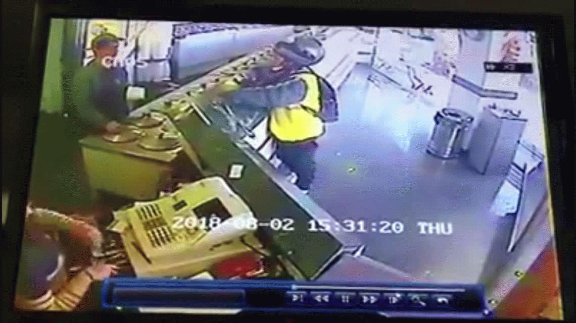 VIDEO Total impunidad: con chaleco fluorescente y casco asaltó una tradicional heladería de Flores