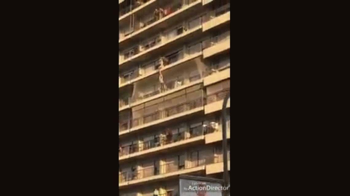 VIDEO: El rescate de un nene que quedó colgado de un balcón en Rosario
