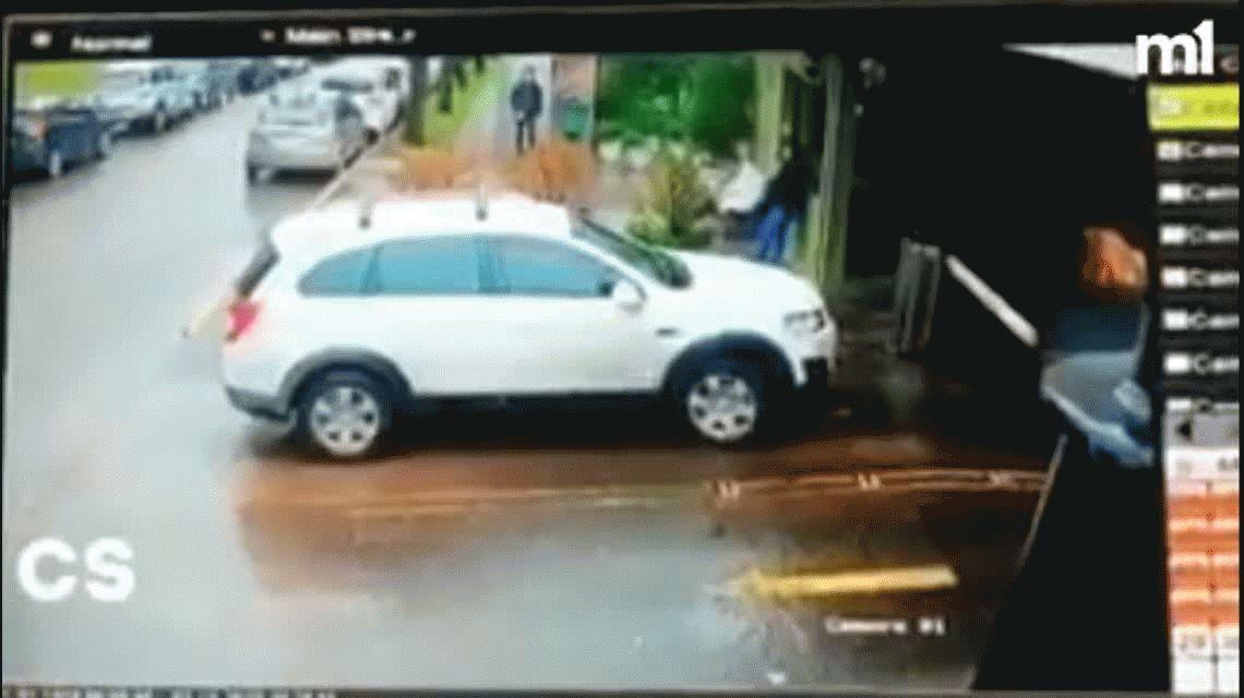 En 20 segundos, cuatro motochorros le robaron a un auto en la puerta de un barrio privado