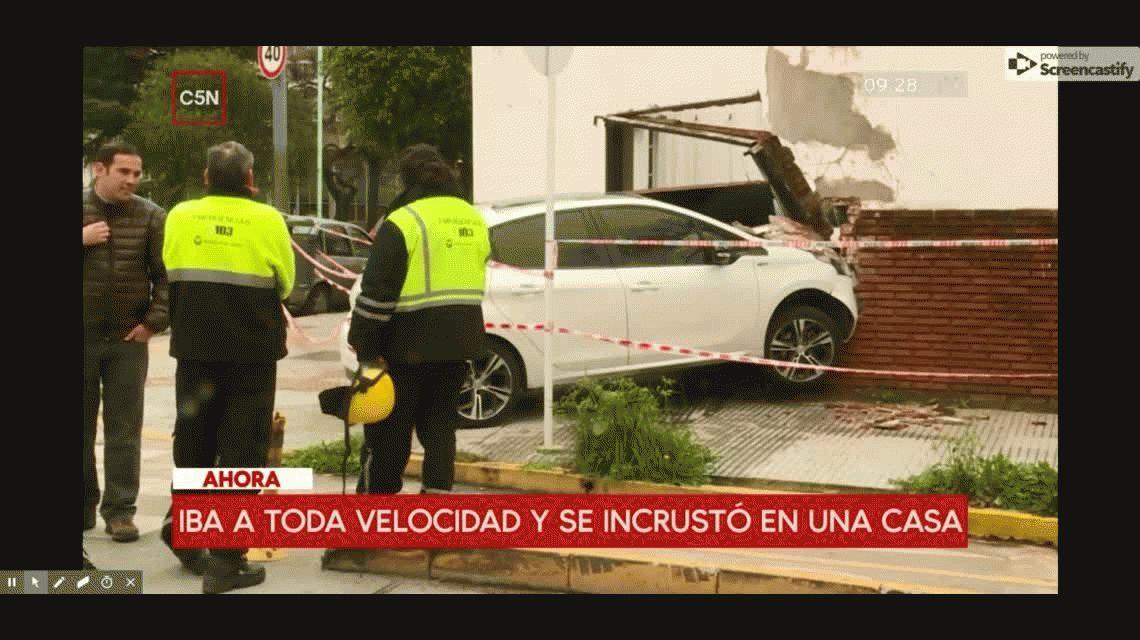 Pudo ser una tragedia: un auto se incrustó contra una casa en Versalles