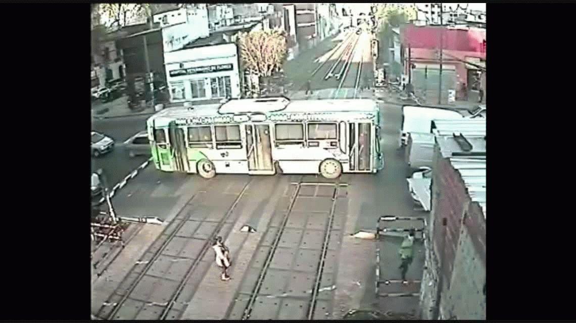 Un colectivo quedó atascado en las vías de Flores cuando se acercaba el tren: así reaccionaron los pasajeros