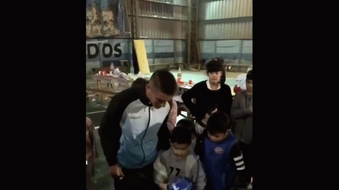 Centurión pasó la tarde en un club de su barrio con chicos necesitados