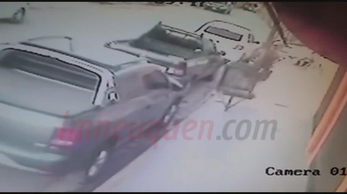La contactó por Tinder y la violó en su casa: un video muestra a la víctima intentando huir