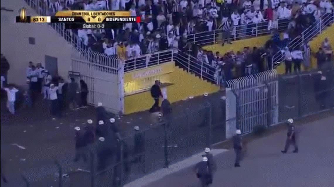 Así comenzaron los incidentes que obligaron a suspender el partido entre Santos e Independiente