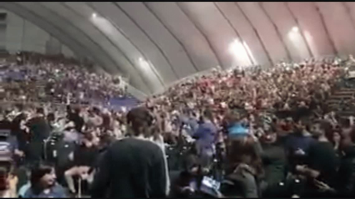 Se viene la primavera pero sigue el hit del verano: cantaron contra Macri en el show de Charly García en Rosario