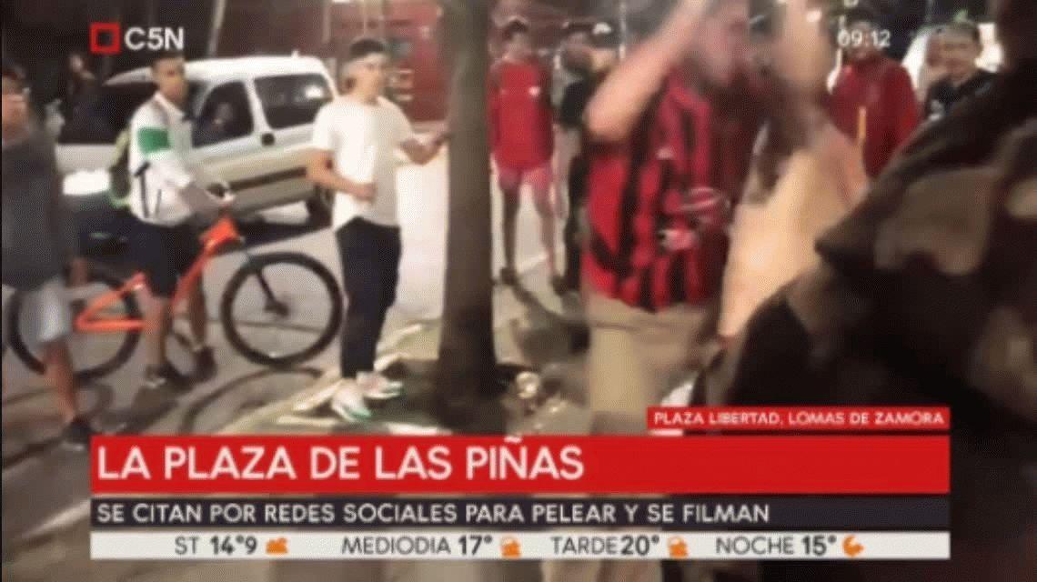 Adolescentes se citan en una plaza para agarrarse a trompadas